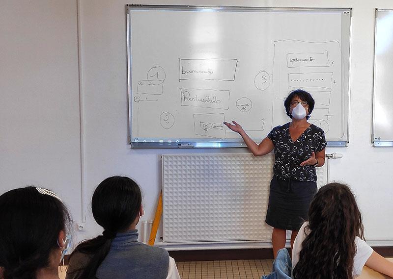 Femme donnant un cours au collège avec Le Grand Masque